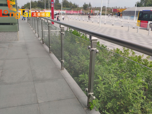 地铁玻璃栏杆